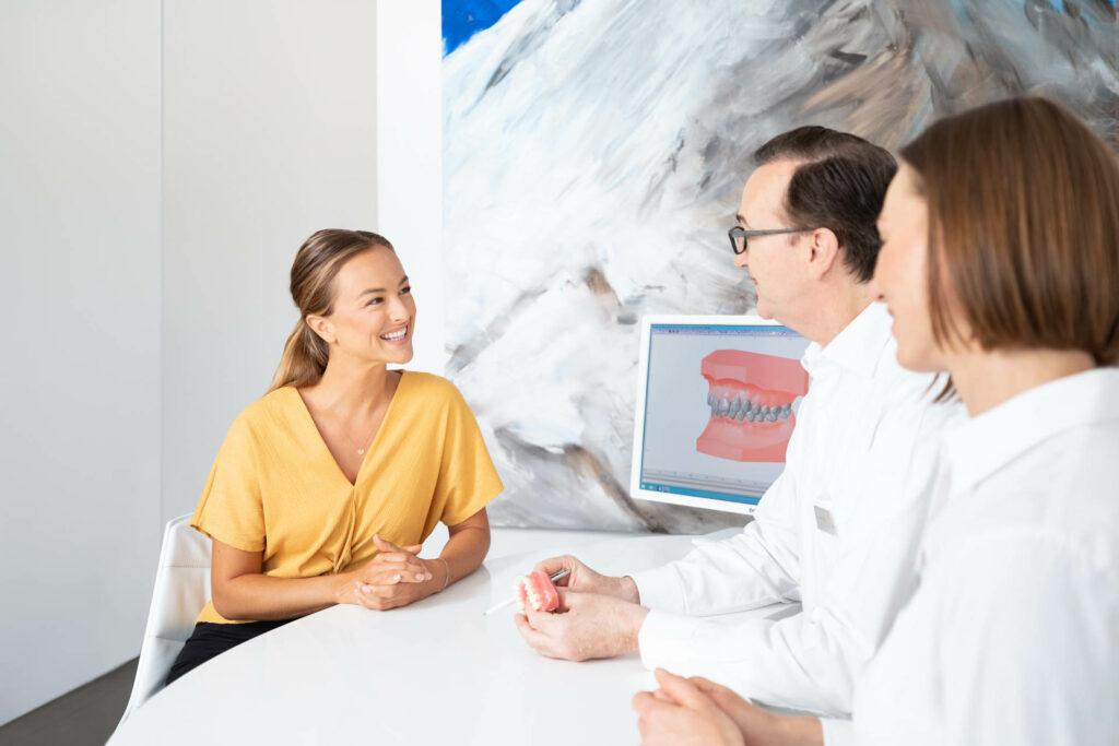 Patientin bei Beratung für die fixe Zahnspange