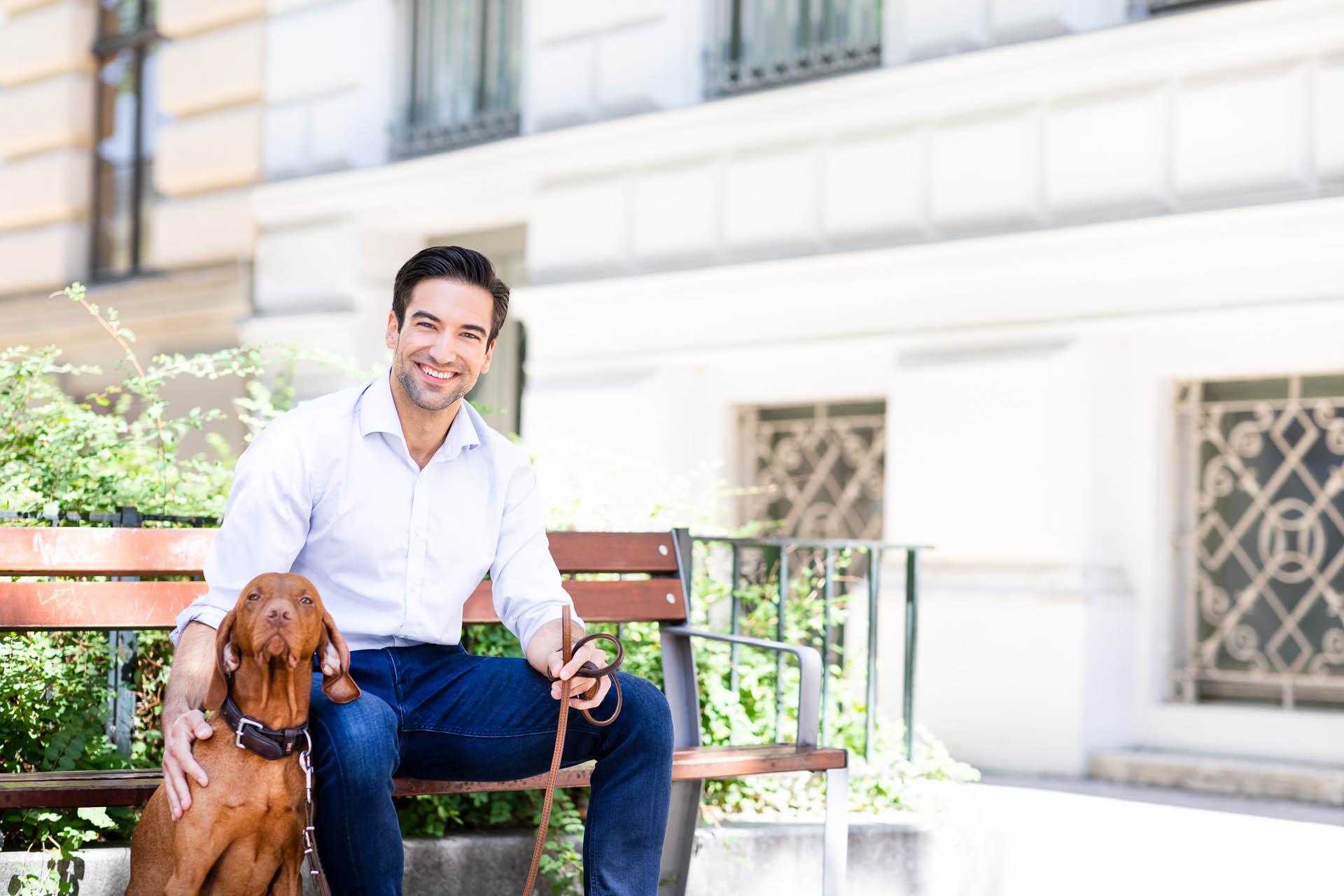 Invisalign Patient mit Hund auf Parkbank