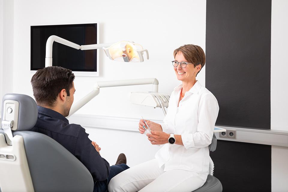 Erwachsener Aligner-Patient bei der Mundhygiene