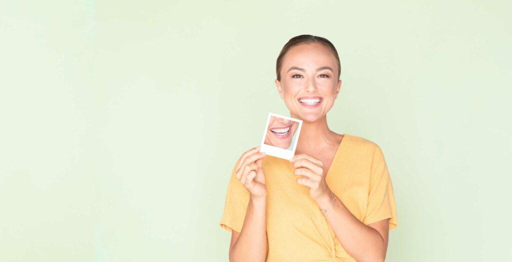 Patientin mit fixer Zahnspange von Professor Jonke