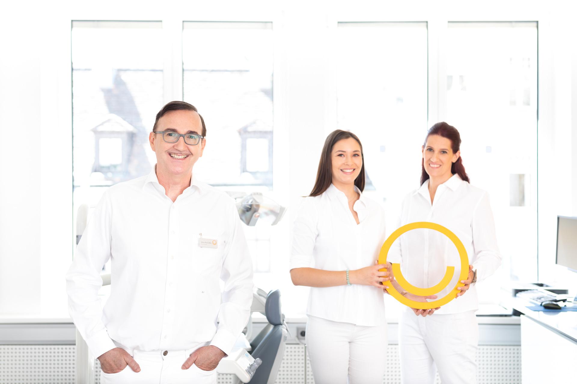 Prof. Jonke mit zwei zahnärztlichen Assistentinnen mit Jonke-Logo