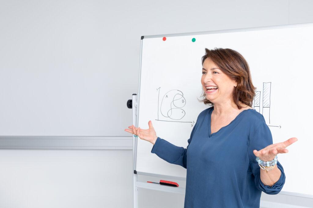 Frau bei Präsentation mit Invisalign Alignern